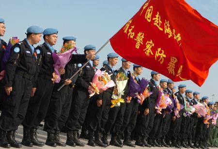 图文:我国第二批赴海地维和警察防暴队凯旋(1)