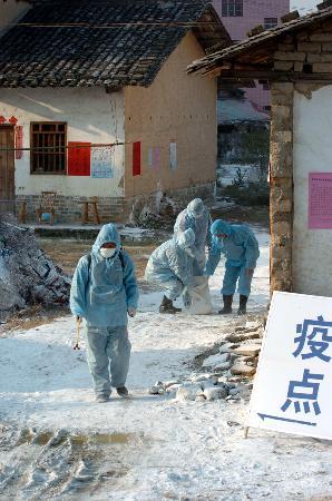 图文:江西遂川工作人员对农舍进行严格消毒