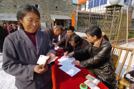 图文:江西安下村农民领到政府发放的补贴