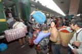 图文:满载着返乡民工驶离杭州火车站