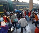 图文:返乡民工携带着行李上车