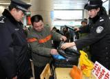 图文:民警在北京西站售票厅进行安全检查
