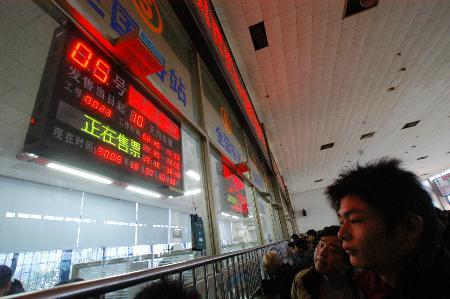图文:旅客在新开设的民工团体售票窗口买票