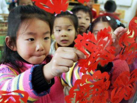 """当日,苏州工业园区东港实验幼儿园举行了一堂""""剪窗花迎新年""""主题课"""