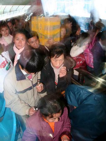 图文:外来务工人员从温州火车站返乡回家过年