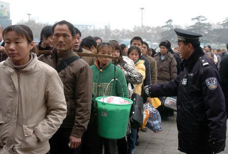 图文:旅客在武昌火车站排队进站
