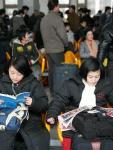 图文:旅客在北京站候车室内候车