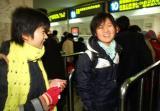 图文:两名学生在济南火车站学生专窗购票
