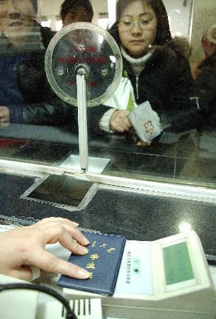 图文:济南火车站工作人员用防伪器鉴别学生证