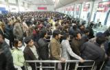 图文:杭州火车站售票大厅内人们排成长队购票