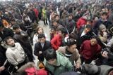 图文:杭州火车站售票大厅购票者排起长龙