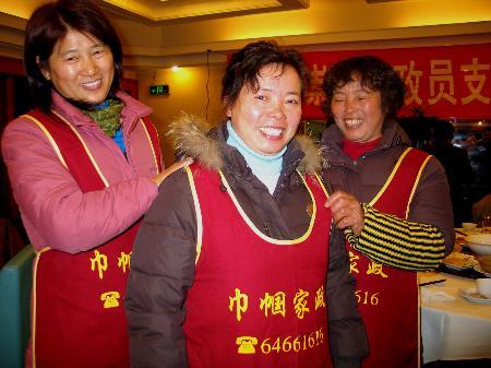 图文:春节保姆高兴地穿上工作服
