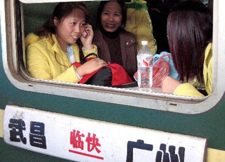 图文:广东外来工乘坐专列返乡