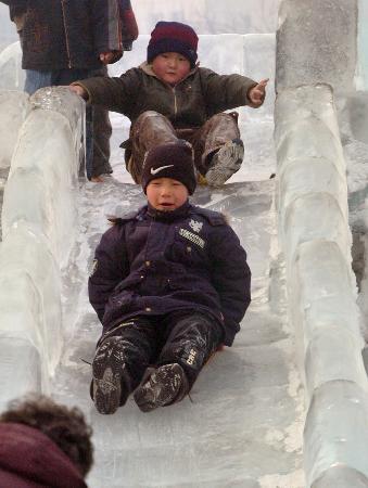 图文:孩子在新疆乌鲁木齐市人民广场玩耍