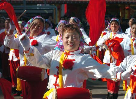 图文:昆明市中心的广场上表演节目