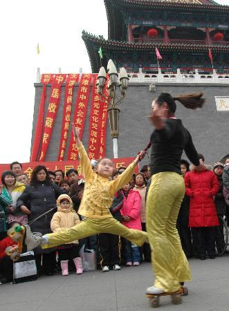 图文:艺人为观众表演高难度轮滑