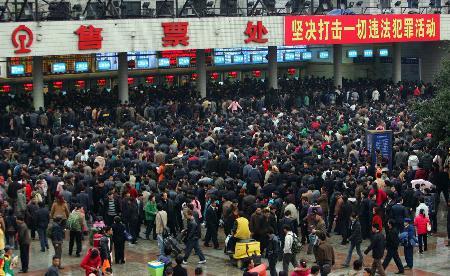 图文:重庆火车站出现节后购票高峰