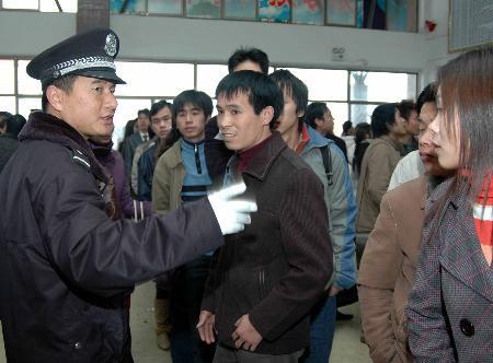 图文:湖南永州火车站值班民警为乘客排忧解难