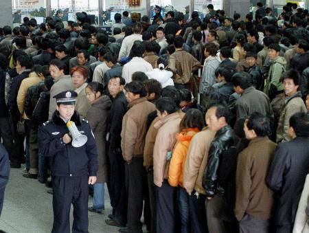 图文:乘客在贵阳火车站排队买票