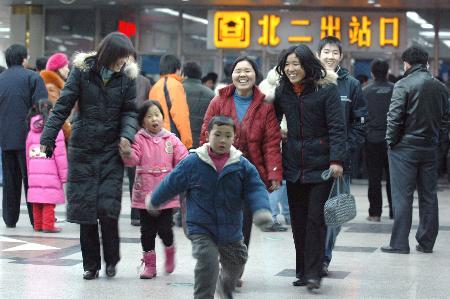 图文:一批旅客走出北京西站
