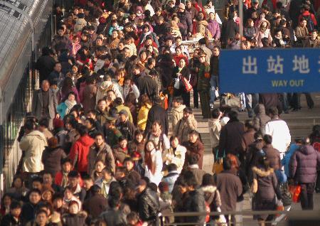图文:搭乘火车抵达南京站的旅客蜂拥出站