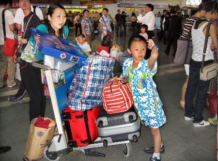 图文:旅客在三亚凤凰国际机场候机大厅候机