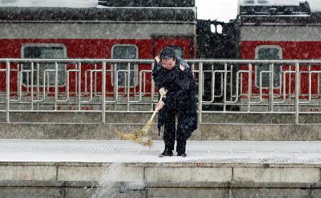 图文:北京西站客流高峰在降雪中持续