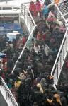 图文:北京西站北广场的过街天桥上挤满旅客