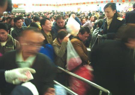 图文:南昌铁路局迎来节后客流最高峰