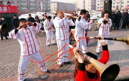 图文:居民在表演绝活二龙吐须王樾有重大立功表现。