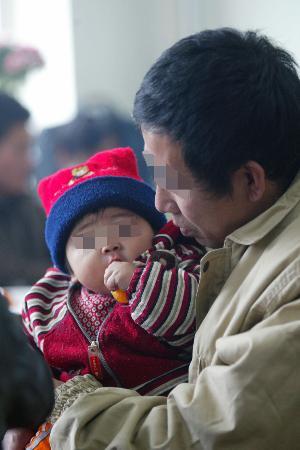 图文:服刑人员怀抱女儿思绪万千