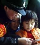 图文:女乘警在向乘客介绍进城务工须知