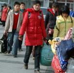 图文:郑州火车站学生客流节后攀升