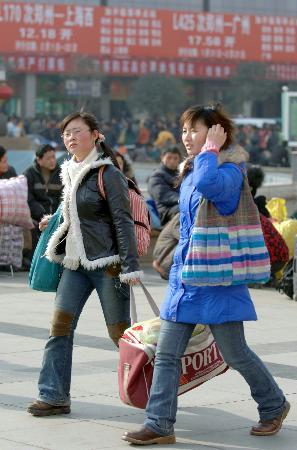 图文:郑州两名学生踏上返校路程