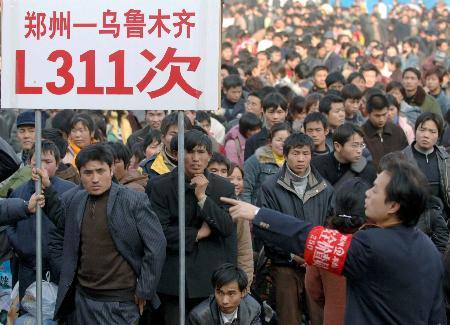图文:郑州火车站广场设置临时候车点