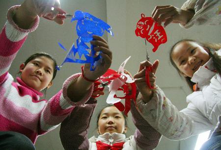 图文:剪纸使课外生活更加丰富多彩(2)