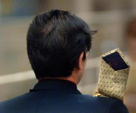 图文:西安街头男士的西服灌满了风