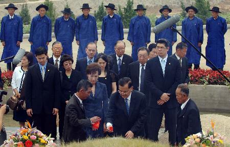 图文:连战和家人在祭扫祖墓