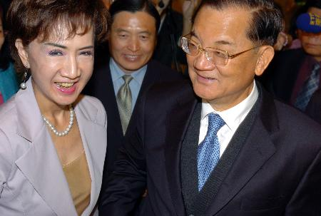 图文:连战和夫人连方�r抵达在杭州下榻的饭店