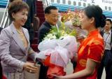 图文:连战和夫人连方�r抵达机场