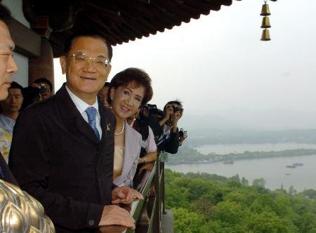 图文:连战和夫人连方�r上眺望西湖美景