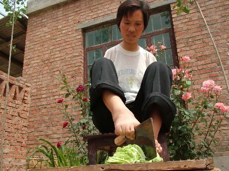 图文:无臂女子双脚写人生