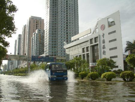 图文:卡车在水中艰难前行