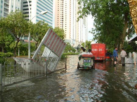 图文:行人和各种车辆在水中行进