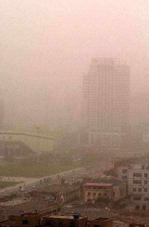 图文:甘肃省兰州市街头笼罩在一片沙尘中