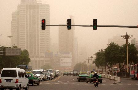 图文:甘肃兰州街头笼罩在一片沙尘中