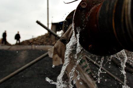 图文:废水从管内流出来
