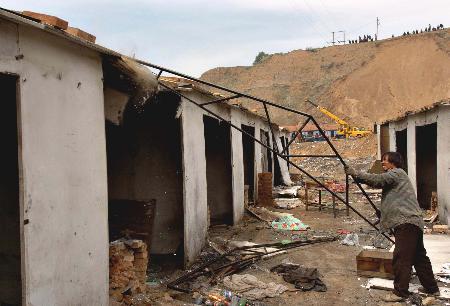 图文:男子正在拆除简易工棚