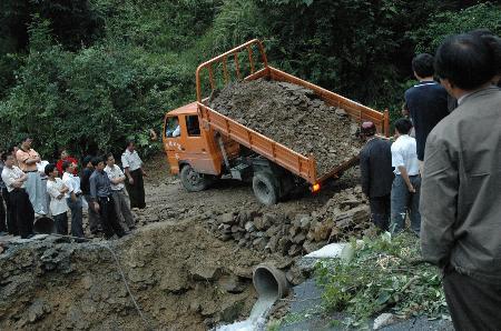 图文:贵州雷山山洪暴发多处公路民宅被毁(3)
