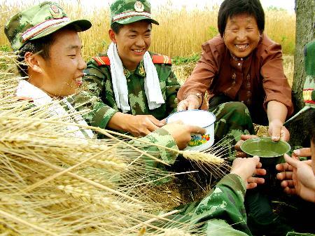 """图文:(1)武警""""抢收突击队""""助农战""""三夏"""""""
